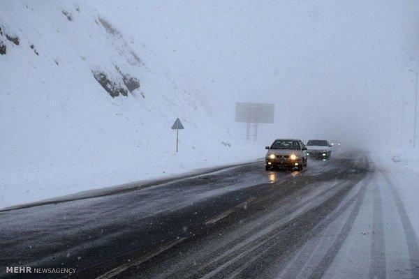 بارش برف و احتمال ریزش بهمن در جاده چالوس