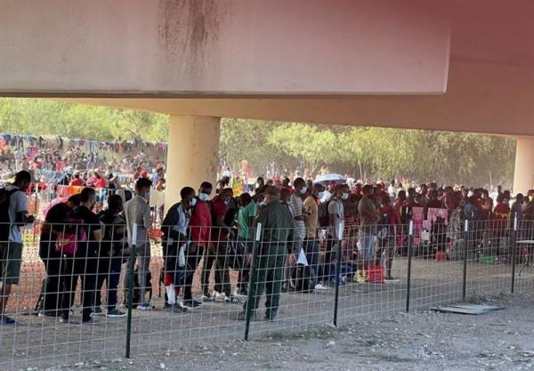 شرایط ناگوار مهاجران در آمریکا، بیش از 10 هزار مهاجر زیر پل تگزاس می خوابند
